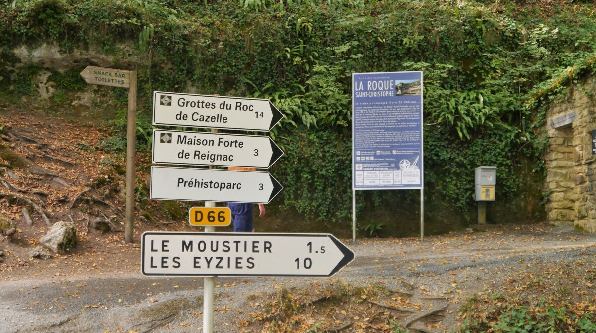 the signposts on the main road between montignac and les eyzies