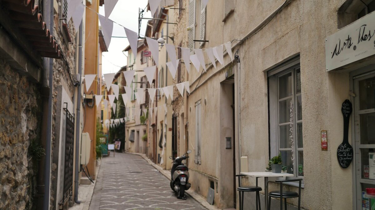 the narrow streets of old Antibes