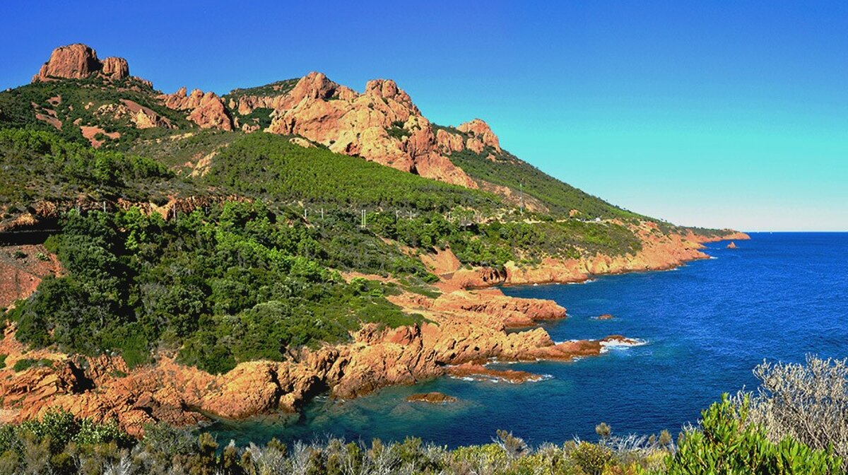 the red rocks of the esterel range on the south coast