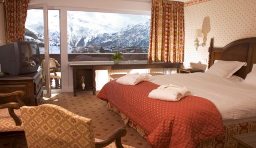 La Berangere Hotel, Les Deux Alpes double bedroom