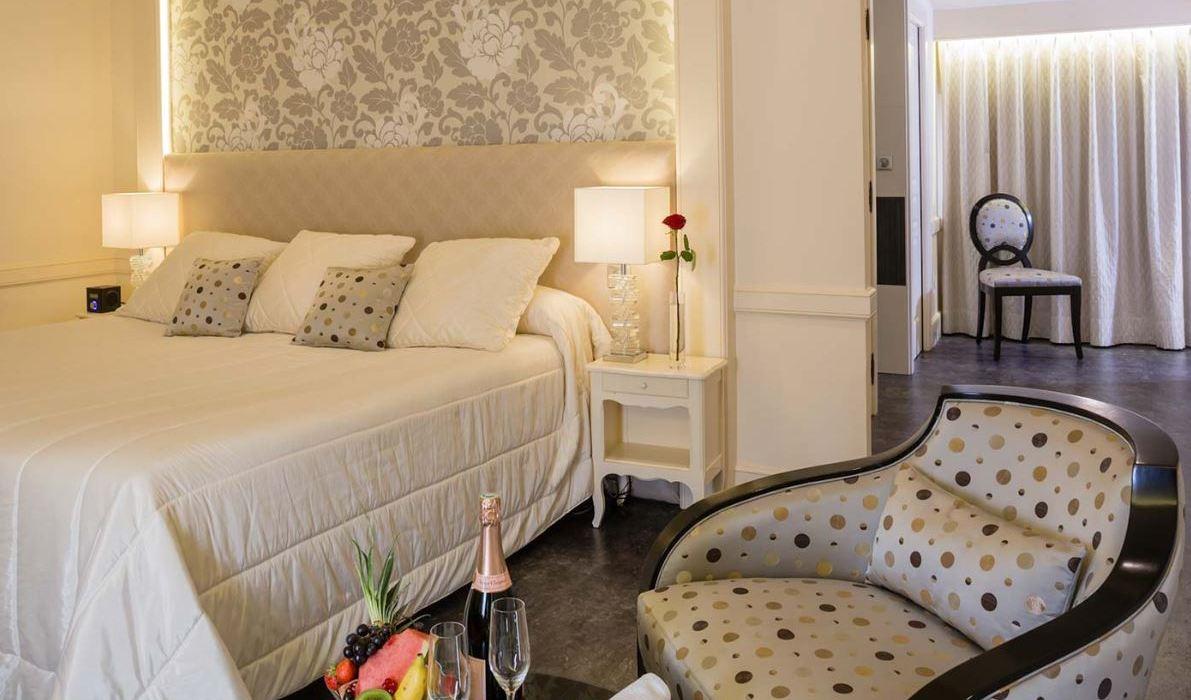 Auberge de Cassagne Hotel & Spa, Avignon double bedroom