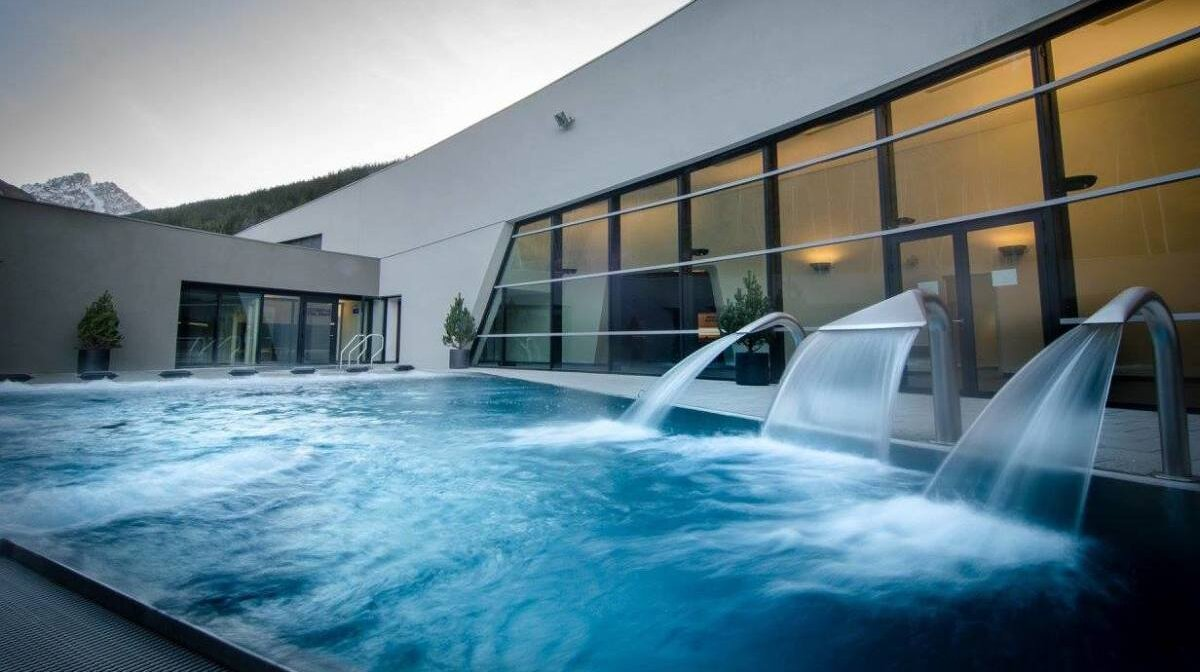 an outdoor pool and jets in Courchevel