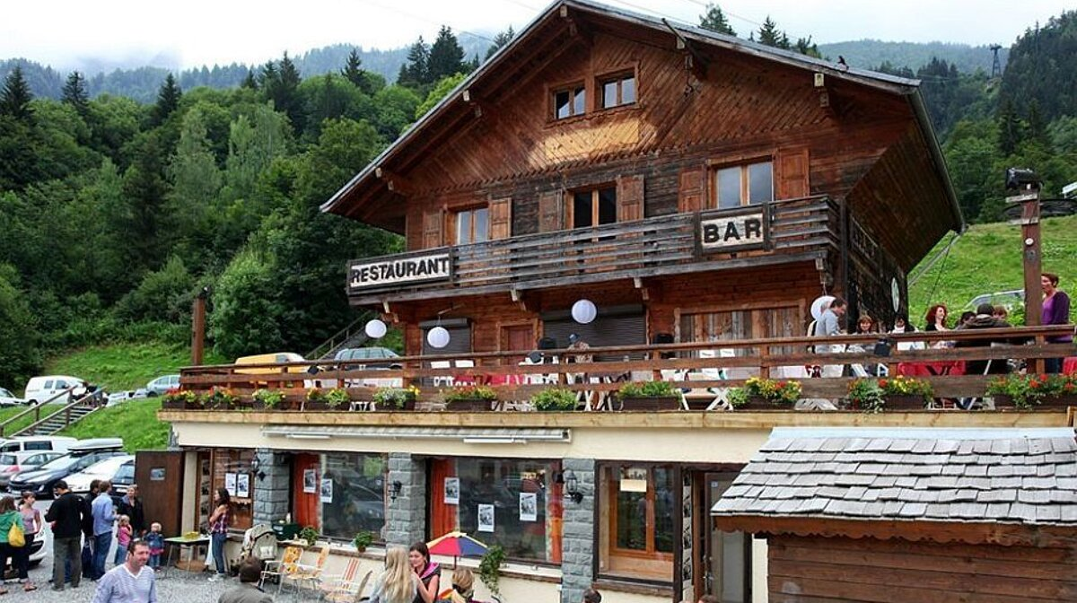 the exterior of a bar and restaurant in les houches